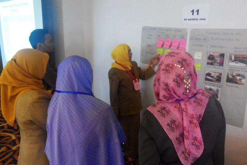 Para_Peserta_sedang_meninjau_kemajuan_sekolah_lain_dalam_sesi_evaluasi_kemajuan_sekolah